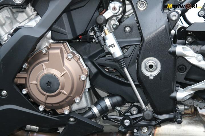 Detalle del quick shifter en la BMW S1000RR.