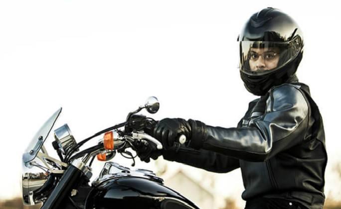 motociclista con guantes de cuero