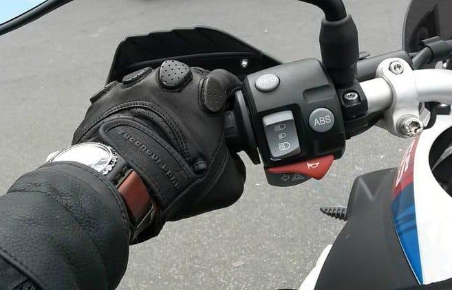 motorista con guantes cortos