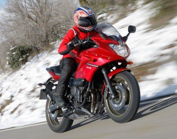 motorizado con guantes de invierno