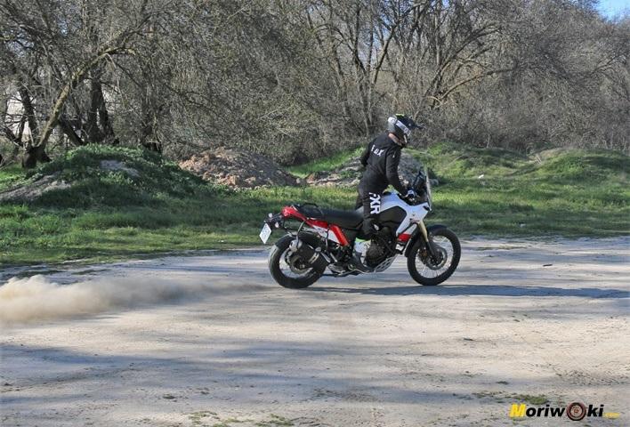 Prueba Yamaha Tenere 700 en una derrapada larga y controlada.
