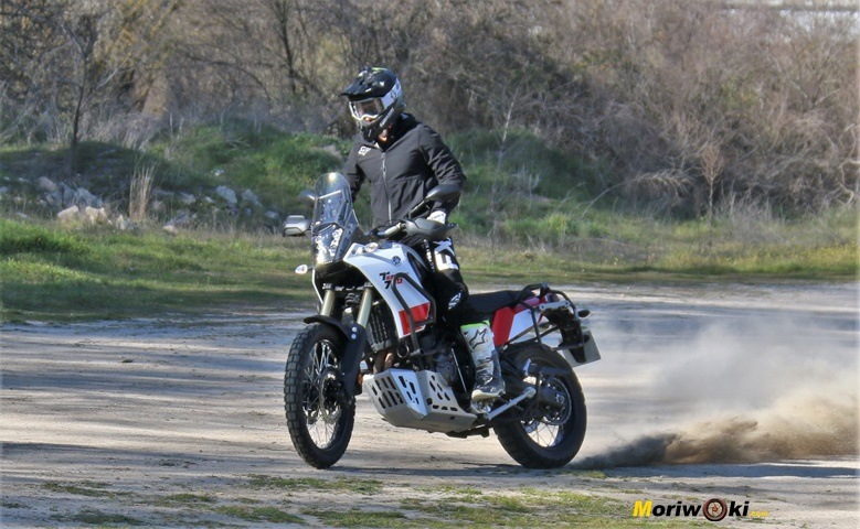 Cruzando la Yamaha Tenere 700 sobre el camino.