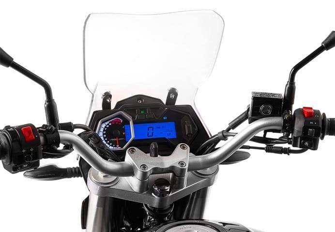 Mejores motos de 125. Macbor XR1 Montana tras la pantalla