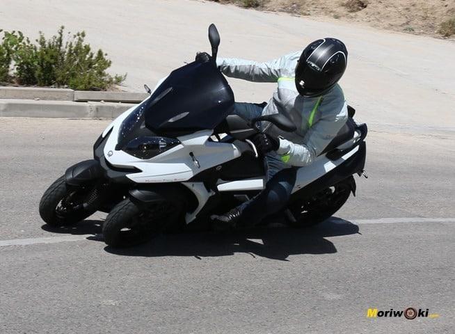 Mejores scooters de 3 ruedas. Quadro 4 en accion.