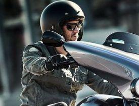 motorista con casco de moto custom