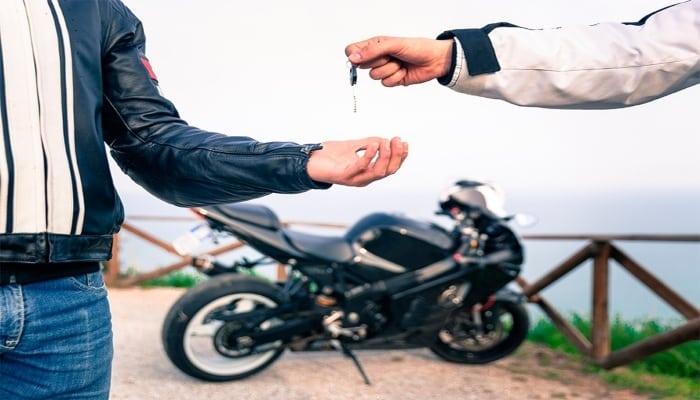 entrega de llaves de una moto