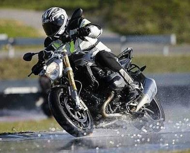 conduciendo moto con lluvia