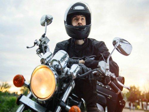 hombre con casco