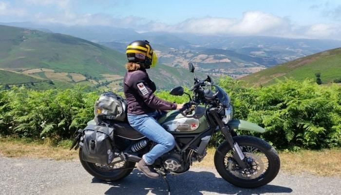 moto en una montaña