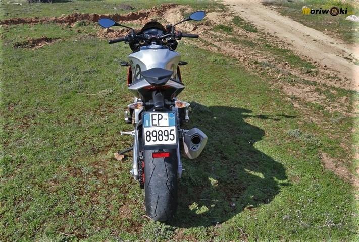 la Aprilia Tuono V4 1100 Factory MY19 vista posterior.
