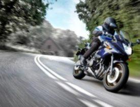moto de carretera azul en una curva