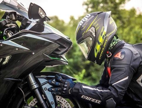motorista con guantes deportivos