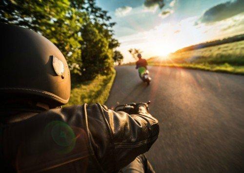 motorista en verano con guante de piel