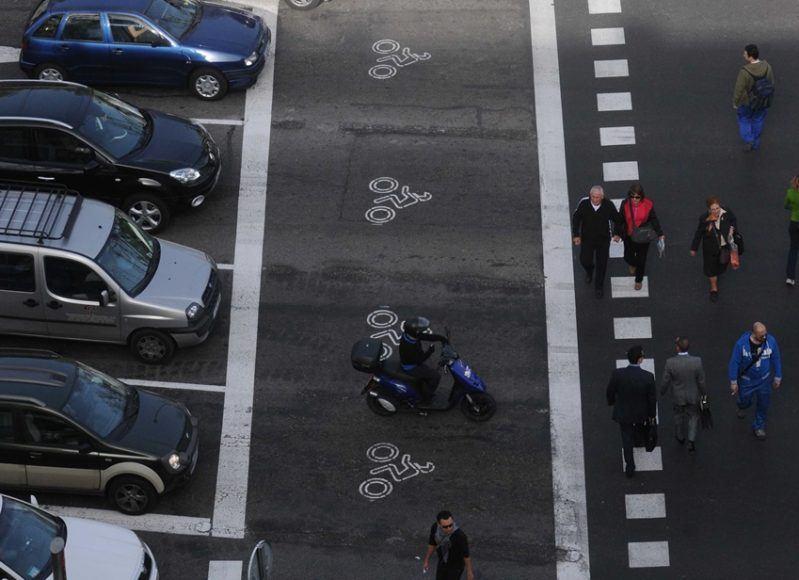 Franja para motos delante del semaforo