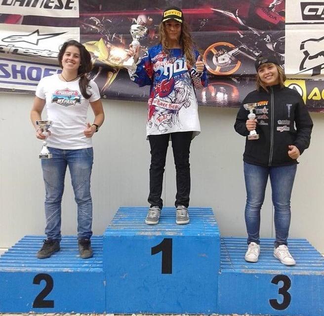 Gabriela Seisdedos en el podio del Motocross femenino.