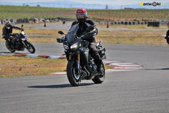 Un alumno que conduce la moto con tension en los hombros.