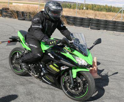 Una Kawasaki Ninja 650 practicando para una Frenada de Emergencia