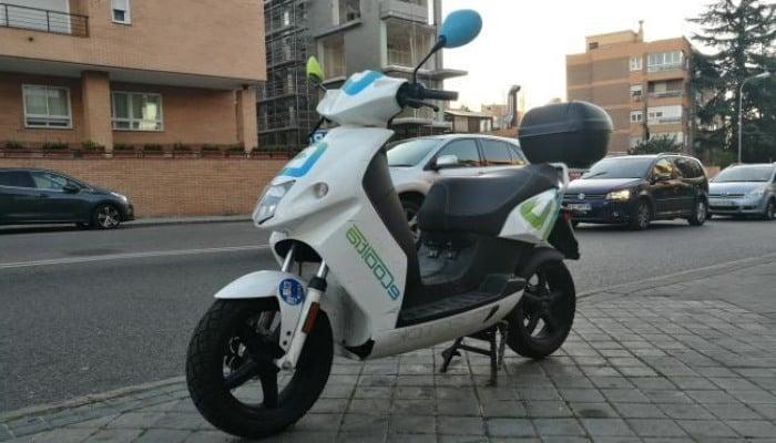 moto ecooltra aparcada en la calle