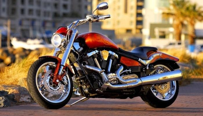 ciclomotor rojo inclinado