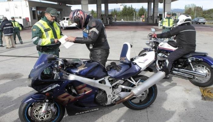 policia poniendo dos multas