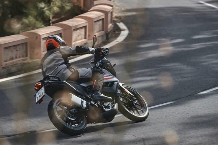 Tumbada con la KTM 390 Adventure.