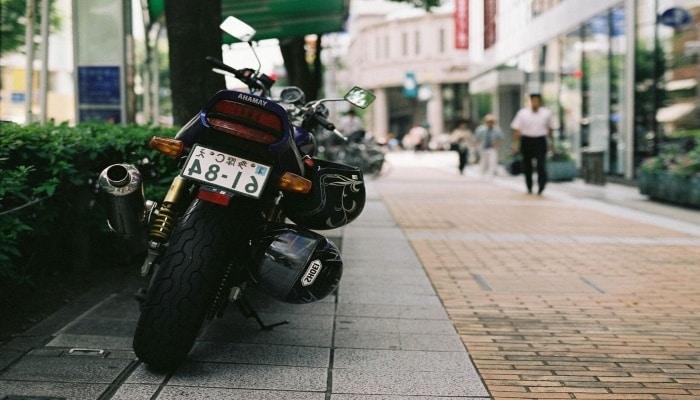 moto aparcada en la acera