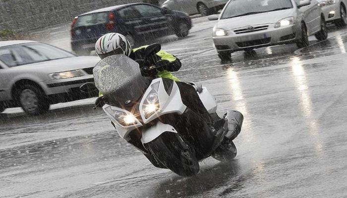 moto en la lluvia
