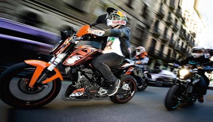 motos circulando por una calle