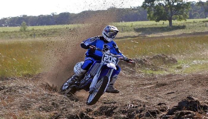 moto azul compitiendo en mx motocross