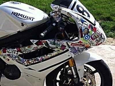 moto blanca decorada con pegatinas