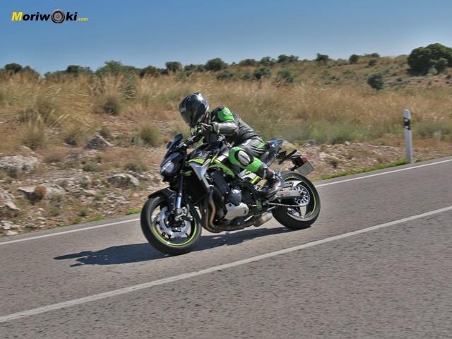 La Kawasaki Z900 2020 acelerando en curva