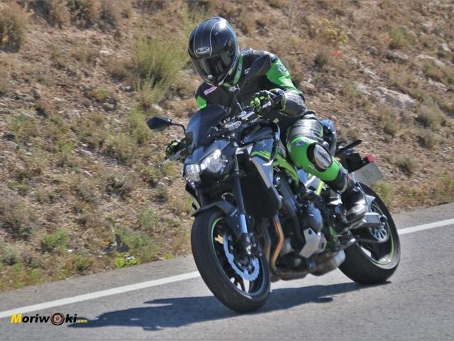 Probando la posición de la Kawasaki Z900 2020 en acción