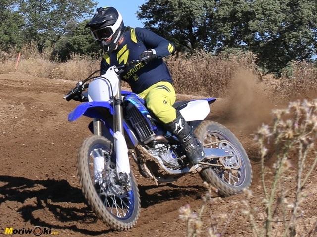 Derrapando con la Yamaha YZF450.