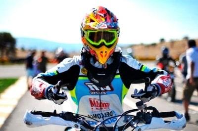 competidor de Motocross con collarín