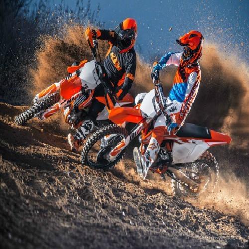 motoristas con moto de motocross
