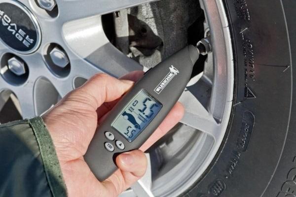 manometro digital michelin, midiendo la presion de un neumatico de coche