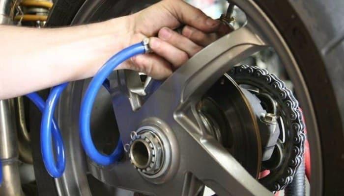 midiendo la presión de un neumático de coche
