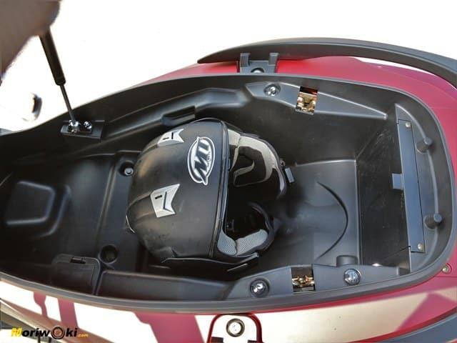 Kymco Super Dink 350 TCS. Hueco bajo el asiento