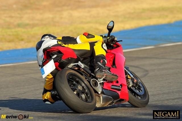 Ducati Panigale V2 abriendo gas inclinada.