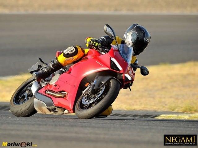 Ducati Panigale V2 saliendo de curva.