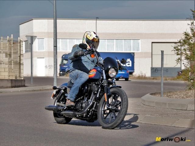 Harley Davidson Iron 1200 iniciando una curva