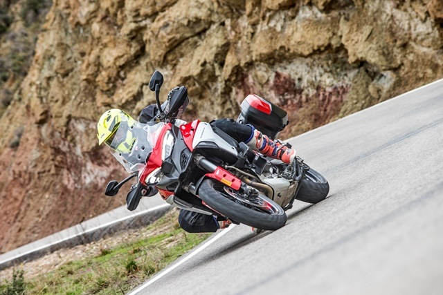 Prueba Ducati Multistrada V4. Perfil off road. Girando.